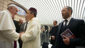 Imam Djelloul Seddiki (r.) während des Papst-Besuchs französischer Imame im Vatikan; Foto: Reuters