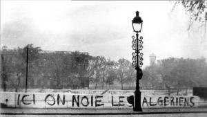 "Schriftzug ""Hier ertränkt man Algerier"" am Quai Conti in Paris nach dem Massaker vom 17. Oktober 1961; Foto: wikipedia"