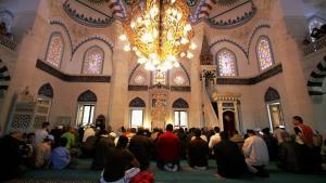 Muslime beim Gebet in der Sehitlik-Moschee Berlin-Neukölln; Foto: Getty Images/A. Rentz