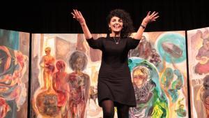 """Die iranische Künstlerin Golnar Tabibzadeh nach der Aufführung von """"The Forgotten""""; Foto: Morgenland Festival Osnabrück"""