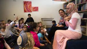 Die Grundschullehrerinnen Alia Tunisi (v.) und Sharon Suval während einer Unterrichtsstunde in der Hand-in-Hand-Schule; Foto: Ronen Zvulun/Reuters