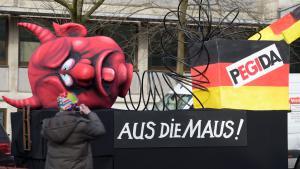 """Rosenmontag statt Montagsdemo: Ein Karnevalswagen zeigt am 16.02.2015 in Düsseldorf das Motiv """"Pegida - Aus die Maus""""; Foto: picture-alliance/dpa/F. Gambarini"""