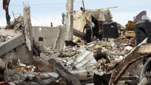 Palästinensische Familie in den Trümmern ihres zerstörten Hauses in in Khuza'a, Süd-Gaza, im Dezember 2014; Foto: Ylenia Gostoli