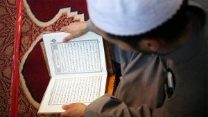 Islamischer Prediger beim Koranstudium; Foto: dpa