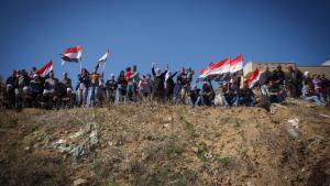 Drusen halten syrische Fahnen während einer regimetreuen Kundgebung in Majdal Shams; Foto: picture-alliance