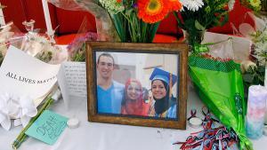 Gedenkstätte für die drei ermordeten Muslime (Deah Shaddy Barakat, 23, Yusor Mohammad, 21, and Razan Mohammad Abu-Salha, 19); Foto: picture-alliance/AP Photo