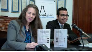 """Farah Hached (l.) und Wahid Ferchichi (r.) bei der Vorstellung der drei Bände des Demokratielabors """"Les archives de la dictature""""; Foto: Sarah Mersch"""