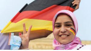 Muslima mit Deutschlandfahne in Berlin; Foto: dpa/pictue-alliance
