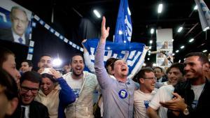 Anhänger des israelischen Ministerpräsidenten Benjamin Netanjahu feiern in Tel Aviv den Sieg des Likud bei den Parlamentswahlen; Foto: Getty Images/L. Mizrahi