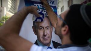 Likud-Wahlhelfer hängt in Jerusalem ein Plakat Benjamin Netanjahus auf; Foto: Foto: Reuters/R. Zvulun