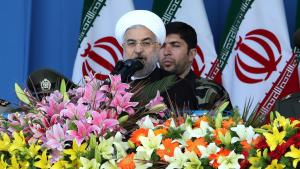 Irans Präsident Hassan Rohani wärend einer Militärparade am 18. April 2014 in Teheran; Foto: A.Kenare/AFP/GettyImages