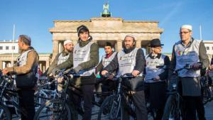 Rabbiner und Imame auf einem Tandem fahrend durch Berlin. Foto: dpa/picture-alliance
