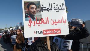 Proteste in Tunis gegen den Militärprozess gegen den arabischen Blogger Yassine Ayari; Foto: AFP/Fethi Belaid