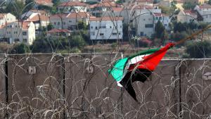 Palästinensische Fahne im Stacheldraht am Sperrwall in der Nähe von Ni'lin; Foto: picture-alliance/dpa