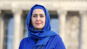 Die muslimische Lehrerin Fereshta Ludin, aufgenommen am 20.03.2015 im Regierungsviertel in Berlin; Foto: picture-alliance/dpa/D. Gerlach