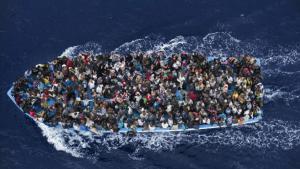 Überfülltes Flüchtlingsboot im Mittelmeer; Foto: AP