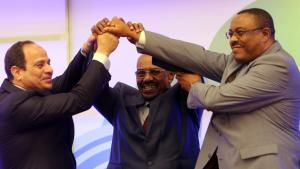 Abdelfattah al-Sisi (l.), Omar al-Baschir (m.) und  Hailemariam Desalegn reichen sich am 23.03.2015 nach erfolgreichen Verhandlungen die Hände; Foto: Ashraf Shazly/ AFP/ Getty Images