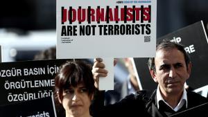"""""""Journalisten sind keine Terroristen"""" - Protest gegen die Inhaftierung von Journalisten im November 2013 in der Türkei; Foto: picture-alliance/dpa"""
