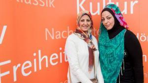 Die irakischen Schriftstellerinnen Amal Ibrahim al-Nusairi (l.) und Samarkand al-Djabiri, aufgenommen auf der Leipziger Buchmesse 2015; Foto: Deutschlandradio/Christian Kruppa