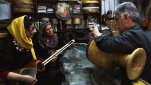 """Sara Najafi und Parvin Namazi (beide links) in einer Filmszene aus """"No Land's Song"""""""