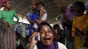 Eine Rohingya Migrantin telefoniert mit einem Verwandten in Malaysien, nach ihrer Ankunft in Indonesien.Foto: Reuters/ R. Bintang