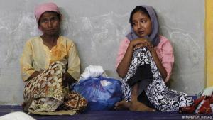 """Ohne Heimat: In Myanmar gelten sie als """"illegale Einwanderer"""" aus Bangladesch, doch auch dort haben die Rohingya mit vielen Diskriminierungen zu kämpfen. Etwa wenn sie versuchen, die Staatsangehörigkeit zu bekommen. Daher sehen viele in der Flucht ihre einzige Chance. Ziel sind andere muslimische Regionen Südostasiens – vor allem Indonesien oder Malaysia."""