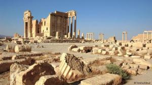 Ruinen einer Oase: Inmitten der syrischen Wüste liegen die Ruinen der Stadt Palmyra, die einst durch Reichtum, Handel und Palmen erblühte. Karawanen durchquerten sie jahrhundertelang, auf ihrem Weg zur Seidenstraße. Dann verblasste die goldene Zeit über die Jahrtausende, der Wüstensand verwehte die Stadt. Seit Beginn des Bürgerkriegs in Syrien ist die UNESCO besorgt um das Weltkulturerbe.