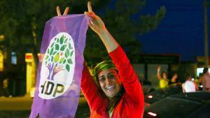 Anhängerin der pro-kurdischen HDP in Diyarbakır jubelt nach dem Bekanntwerden der Wahlergebnisse; Foto: Getty Images/B. Kara