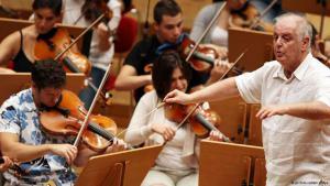 "Das ""West Eastern Divan-Orchestra"" unter Barenboims Leitung; Foto: dpa/picture-alliance"