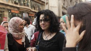 Mona Eltahawy (m.) auf dem Internationalen Frauentag in Kairo; Foto: Maya Alleruzzo/AP