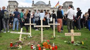 """Symbolischer Friedhof vor dem deutschen Bundestag im Rahmen des """"Marsches der Entschlossenen"""" in Berlin; Foto: picture-alliance/dpa/R.Jensen"""