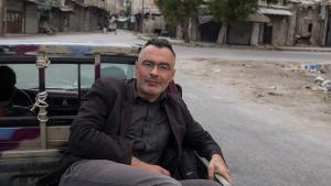 Christoph Reuter auf der Fahrt durch das kriegszerstörte Aleppo im Mai 2015; Foto: Christoph Reuter