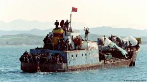 Bootsflüchtlinge aus Albanien landen in Italien; Foto: AFP/Getty Images/E. Cabanis