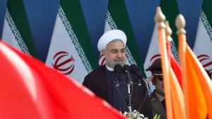 Irans Präsident Hassan Rohani wärend einer Militärparade in Teheran; Foto: picture-alliance/epa/A. Taherkenareh