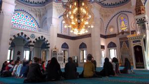 Gläubige Muslime in der Sehitlik-Moschee in Berlin Neukölln; Foto: Max Zander