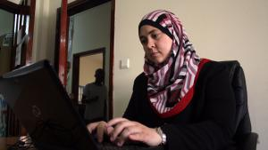Menaship-Gründerin Nawal Abu Sultan arbeitet bei Sky Geeks in Gaza-Stadt; Foto: Ylenia Gostoli