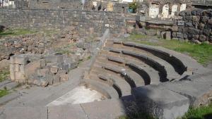 Agora des Dionysias in der südsyrischen Stadt Suwaida, Foto: wikipedia
