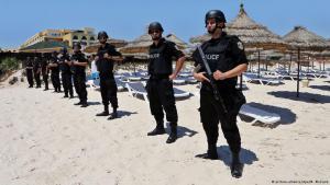 Polizisten am Strand in Sousse. Foto: picture-alliance/dpa/M. Messara