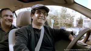 """Mit dem Regisseur im Taxi unterwegs: Seit Jahren werden die Filme des iranischen Regisseurs Jafar Panahi von den Behörden unterdrückt. Sein neuestes Werk """"Taxi"""" gewann trotzdem bei den Berliner Filmfestspielen den Goldenen Bären. Jetzt kommt der Film in die deutschen Kinos."""