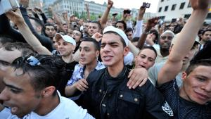 Salafistische Anhänger bejubeln Pierre Vogel in Frankfurt im Jahr 2011. Foto: picture-alliance/dpa/B. Rössler