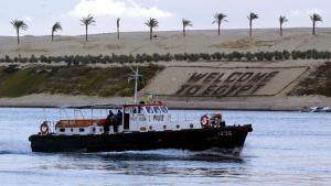 """Schild an der zweiten Fahrrinne des Suezkanals mit der Aufschrift """"Welcome to Egypt""""; Foto: picture-alliance/dpa/M. Nelson"""