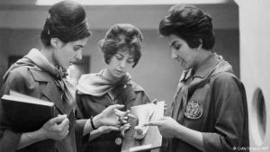 Aufstrebende Bildungselite: Zwei Medizinstudentinnen der Universität Kabul schauen sich gemeinsam mit ihrer Professorin (rechts im Bild) die Gips-Nachbildung eines menschlichen Körperteils an. Die Aufnahme stammt aus dem Jahr 1962. Damals nahmen Frauen ganz selbstverständlich am öffentlichen Leben in Afghanistan teil, hatten auch Zugang zu Bildung.