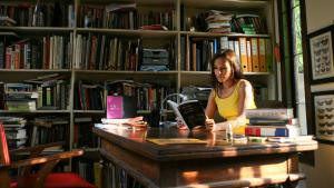 Ayu Utami in ihrem Arbeitszimmer; Foto: picture-alliance/ ANN/ The Jakarta Post
