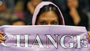 Iranerin in Teheran demonstriert für die Freilassung mussawis und Karrubis und den politischen Wandel des politischen Systems im Iran; Foto: AP / Vahid Salemi