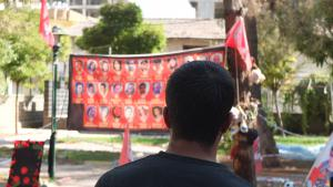 Der Kurde Adnan vor dem Anschlagsort in Suruç; Foto: Fabian Köhler