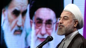 Hassan Rohani während einer Rede in Teheran, im Hintergrund Bilder von Ajatollah Ruhollah Khomeini (links) und Ajatollah Ali Khamenei; Foto: president.ir