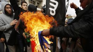 Salafisten verbrennen französische Nationalfahne vor dem französischen Kulturzentrum in Gaza-Stadt; Foto: AFP/Getty Images/M. Abed