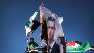 Palästinenser verbrennen Plakat Assads; Foto: picture-alliance/dpa