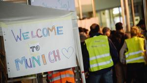 Willkommensgrüße für Flüchtlinge am Bahnhof München; Foto: picture-alliance/dpa/N. Armer
