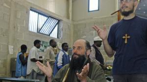 Biagio Conte und seine Mitarbeiter in der Kantine auf dem Missionsgelände in Palermo; Foto: Ikhlas Abbis